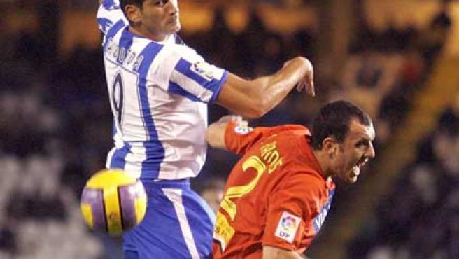 Taborda, del Deportivo, se impone en el juego aéreo a Ramis (Cabalar/EFE).