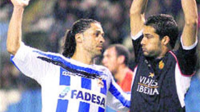 Juanma, del Deportivo, mira al portero del Mallorca, Moyá, que sujeta el balón en alto. (Cabalar / EFE)