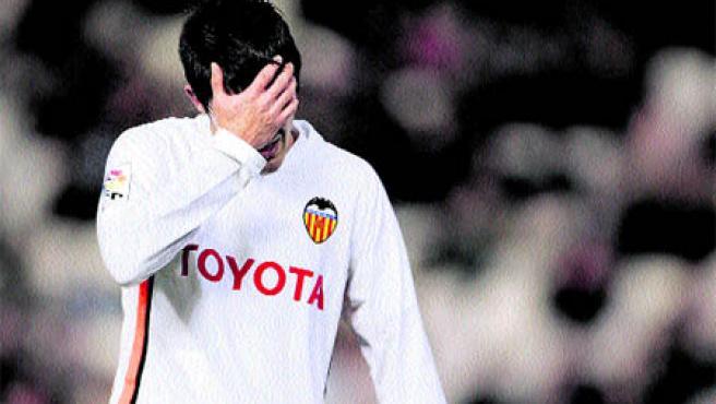 El valencianista Villa se lleva las manos a la cabeza tras la goleada encajada ante el Getafe. (EFE)