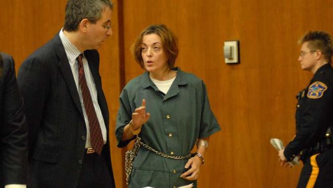 María José Carrascosa habla con su abogado durante una comparecencia en Nueva York.