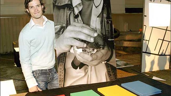 Carlos Felipe posa junto a una de sus fotografías ©Korpa