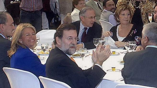 El alcalde de Alhaurín, junto a la ex ministra Celia Villalobos y Mariano Rajoy, en una comida, pocas horas antes de ser detenido.