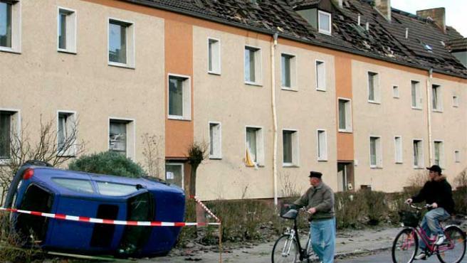 Un ciudadano contempla asombrado un coche volcado en Wittenberg, Alemania (Waltraud Grubitzsch / Efe)