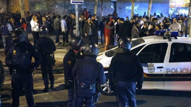 Los 'antidisturbios' vigilaban anoche las calles de Alcorcón. (EFE)