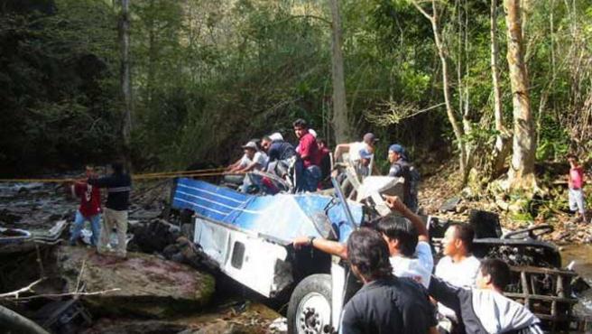 Miembros de la Policía y voluntarios participan en las tareas de rescate. (EFE)