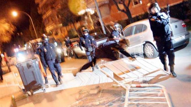 Los agentes antidisturbios retiran las barricadas dispuestas en las calles de Alcorcón (Foto: Jorge París)