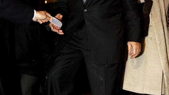 Wolfowitz luce un roto en uno de sus calcetines durante su visita a la mezquita Selimiye de Edirne, Turquía. (Str. / Efe)