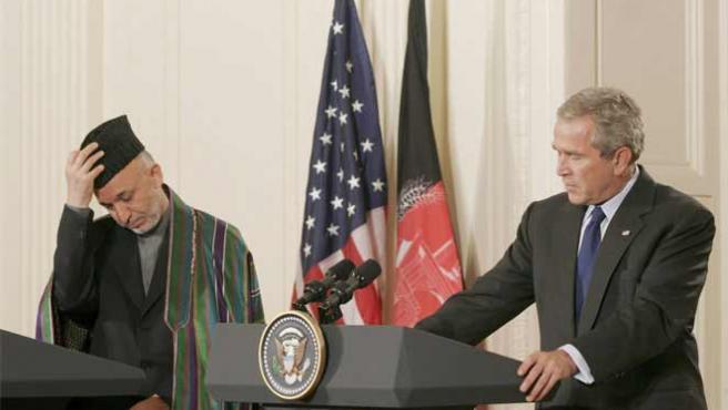 El presidente de Afganistán, Hamid Karzai, junto al de EEUU, George W. Bush. (ARCHIVO)