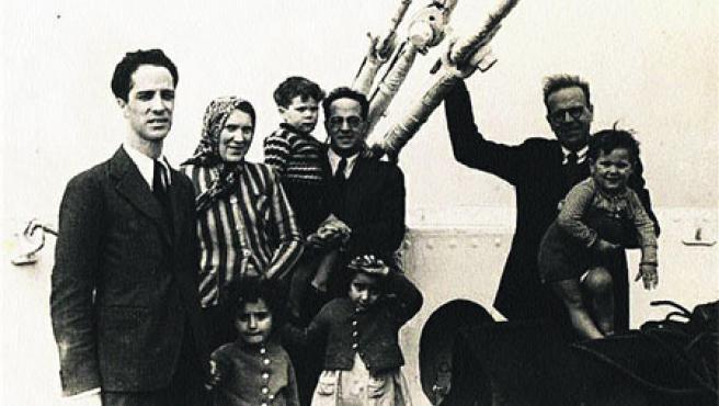 Los profesores de la UAB Joan y Josep Cuatrecasas y sus familias, en el barco que los lleva de Francia al exilio americano (1939), a la izquierda.