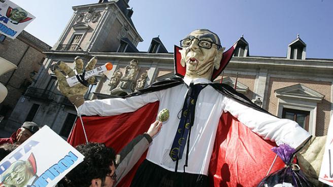 Ruiz- Vampirón durante su presentación en sociedad, hoy en la plaza de la Villa (JORGE PARÍS)