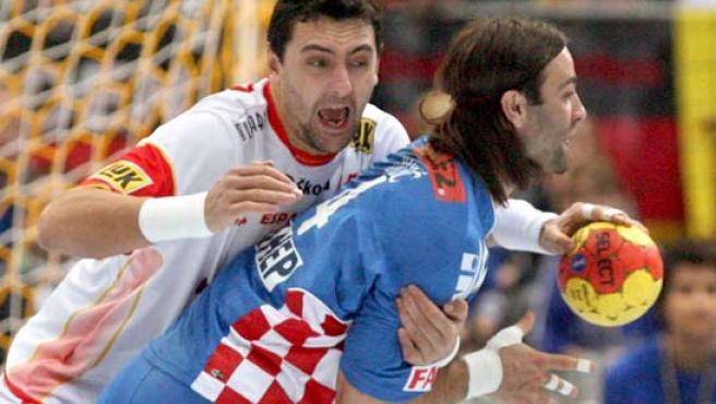 'Juancho' Pérez presiona a Ivano Balic en un instante del partido.