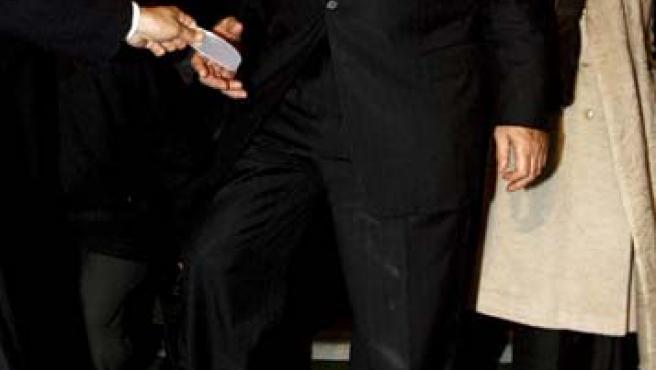 Paul Wolfowitz mira hacia abajo mientras se descalza antes de entrar en la mezquita de Selimeye, Turquía.