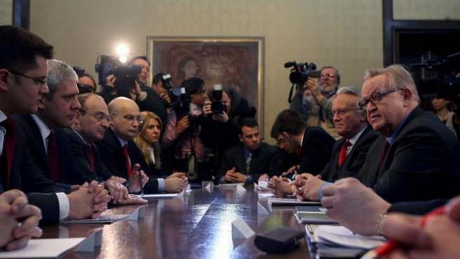 """El mediador de la ONU, Martti Ahtisaari (d), se reunió con el presidente serbio, Boris Tadic (2i) en Belgrado hoy 2 de febrero, para presentar el plan de """"compromiso"""" para Kosovo."""
