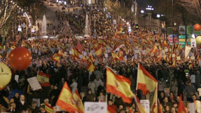 """Miles de asistentes a su paso por la madrileña plaza de Cibeles durante la manifestación convocada por el Foro Ermua bajo el lema """"Por la libertad. Derrotemos juntos a ETA. No a la negociación""""."""