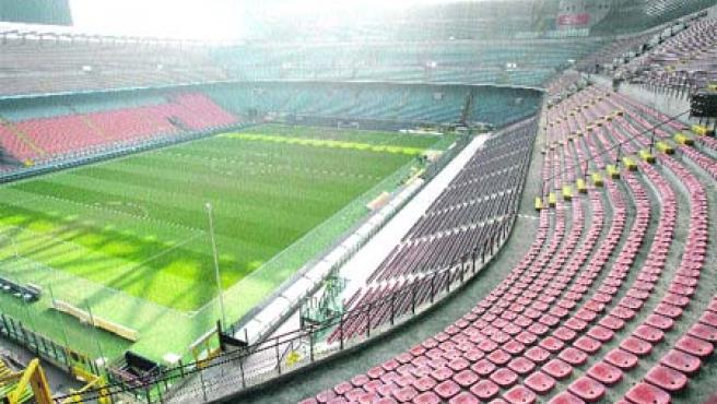 El estadio milanés de San Siro estaba ayer vacío. Inter y Roma tenían que haberse visto las caras.(Reuters)