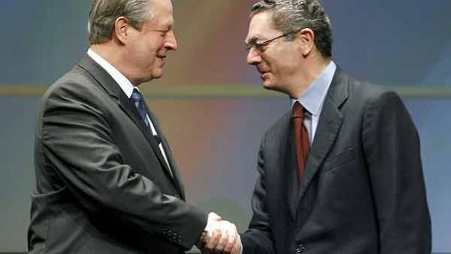 Gallardón ha aprovechado el paso de Al Gore por Madrid para aparecer en el acto del ex vicepresidente de Estados Unidos (EFE/JUAN M.ESPINOSA)