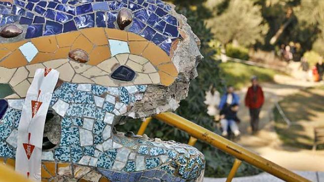 Aspecto de como ha quedado la cabeza del Dragón de Gaudí que hay en la entrada del Park Güell. (Guido Manuilo/Efe)