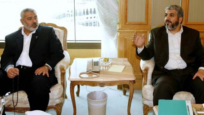 El primer ministro palestino, Ismail Haniye (izda.) y el secretario general de Hamás, Jaled Meshal, hoy, en la Meca.