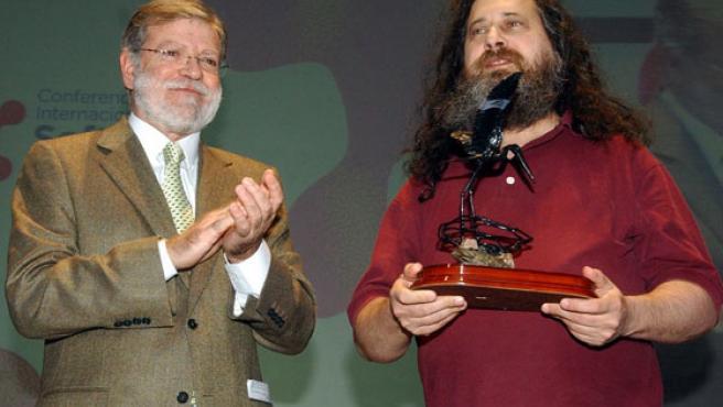El presidente de la Junta de Extremadura, Juan Carlos Rodríguez Ibarra, entrega el I Premio Internacional Extremadura de Conocimiento Libre a Richard Stallman.