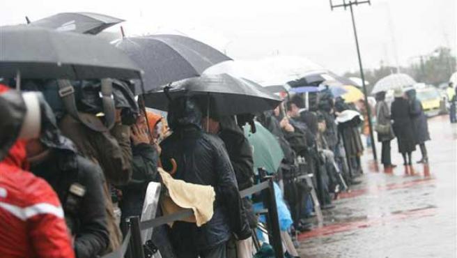 Los periodistas esperan a la puerta del tanatorio bajo la lluvia (Jorge París)
