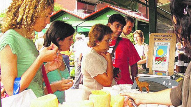 Varios visitantes degustan queso en la feria del año pasado. (R.B.)
