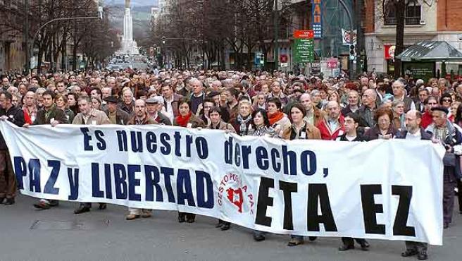 Miles de personas secundaron la movilización, convocada por Gesto por la Paz. (Alfredo Aldai / Efe)