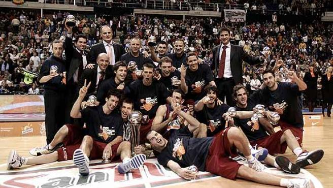 Los jugadores del Barcelona posan con la Copa del Rey. (Efe)