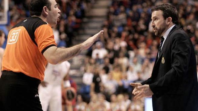 El entrenador del Real Madrid, Joan Plaza (d), discute con el árbitro Miguel Ángel Pérez en la final de la Copa del Rey.