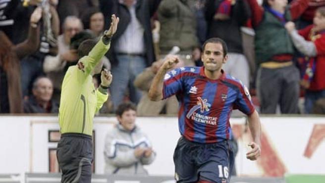 Salva celebra uno de sus dos goles al Recreativo.