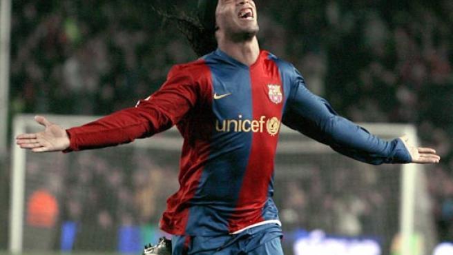 Ronaldinho celebra un gol. (EFE)
