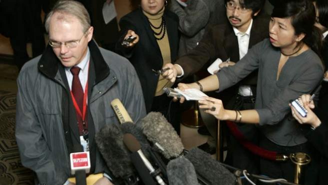 El enviado estadounidense, Christopher Hill, habla con los medios en el vestíbulo de su hotel hoy en Beijing, China.