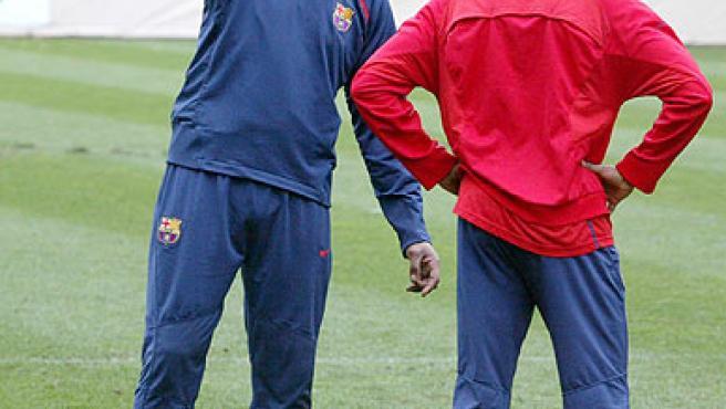 Rijkaard junto a Eto'o. (Archivo).