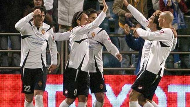 Diego Milito celegra el gol con sus compañeros. (Efe)