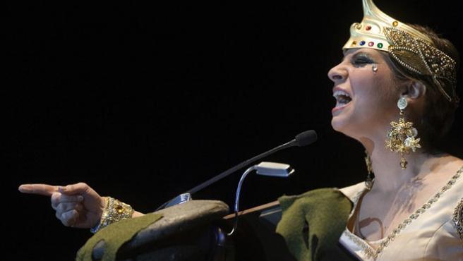 La cantante Pasión Vega, pregonera del Carnaval de Cádiz 2007, disfrazada de diosa fenicia durante su actuación en el pregón del carnaval gaditano.