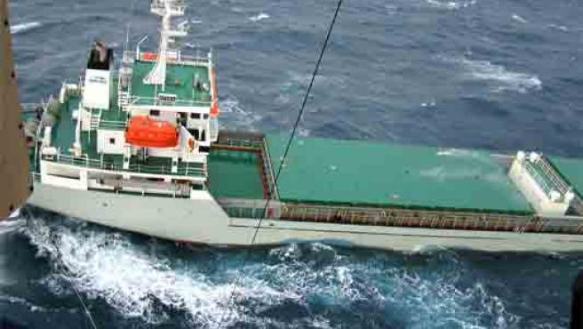 """Vista desde un helicóptero del buque holandés """"Ostedijk"""", fondeado junto a la costa de A Coruña (Foto: Efe)"""