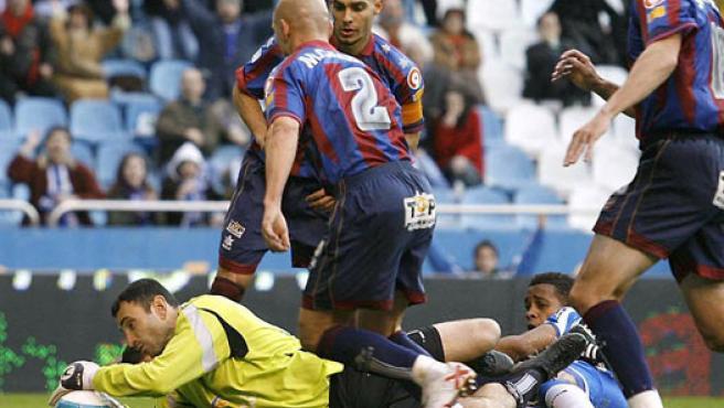 Molina y Andrade, durante el Deportivo-Levante, en Riazor (Cabalar/EFE)
