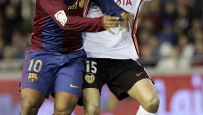Ronaldinho intenta controlar el balón con la presencia de Joaquín. (Efe)
