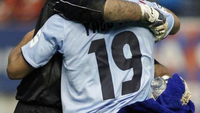 Los jugadores del Celta, el guardameta José Manuel Pinto (d) y el marfileño Yago Yao se felicitan tras ganar por 0-1 el partido (Efe).