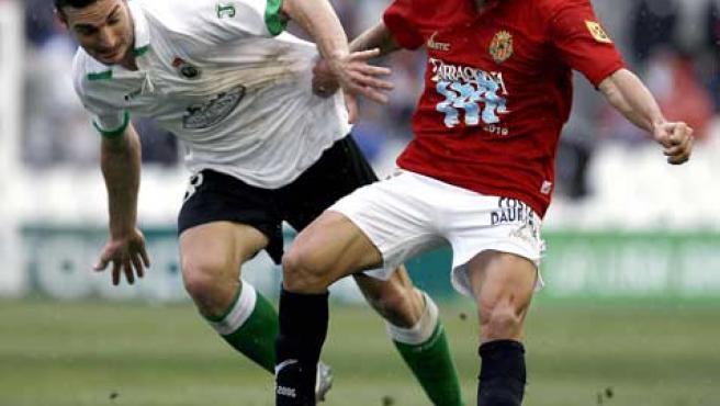 El centrocampista argentino del Racing de Santander Lionel Scaloni (izquierda) disputa un balón con el centrocampista David Cuéllar.