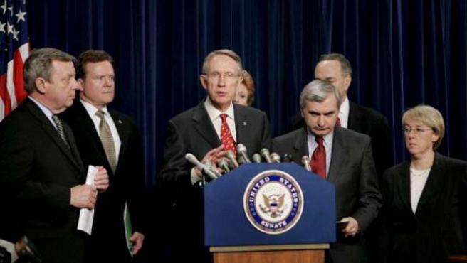 Los senadores demócratas (de i a d), Richard Durbin, Jim Webb, Harry Reid, Debbie Stabenow, Jack Reed, Charles Schumer y Patty Murray.
