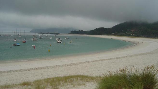 La playa de Rodas presenta este aspecto en un día otoñal. Para The Guardian, es el lugar perfecto para pasar el verano.