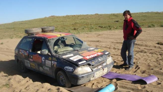 El copiloto, David Beltrán, junto al AX encallado en la arena de Mongolia. (spanishbullfighters.com )