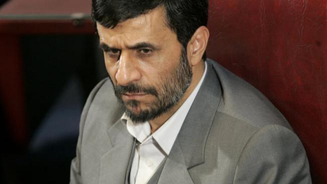 El presidente iraní, Mahmud Ahmadineyad, en el antiguo parlamento de su país, en Teherán. (Morteza Nikoubazl / REUTERS)
