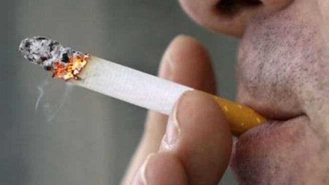 Un empleado de una oficina fuma en el exterior de la misma en Toronto (J.P. Moczulski / REUTERS)