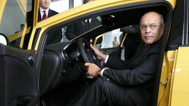 El presidente del Comité Ejecutivo de la compañía, subido a un Seat León fabricado en Martorell. (Julián Martín/Efe)
