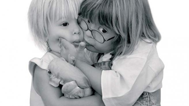 Imagen de un de los calendarios solidarios de la Fundación Talita, en el que se muestra, a la derecha, una niña con Síndrome de Down.