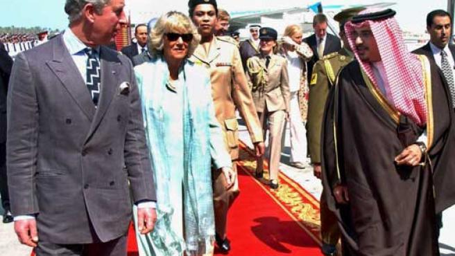 El príncipe Carlos de Inglaterra ) y su esposa Camilla conversan con el príncipe heredero de Bahrein, Sheikh Salman bin Hamad Al Khalifa ( al llegar a Manama. El príncipe Carlos realiza un viaje de una semana de duración que le ha llevado a Kuwait y Qatar.
