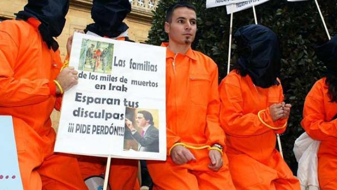 Estudiantes se manifestaron contra la guerra de Irak a la entrada del hotel de Oviedo, donde Aznar participó en un acto de la FAES.