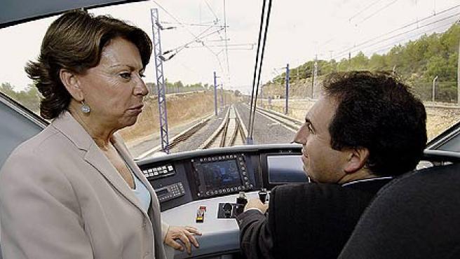 La ministra de Fomento, Magdalena Alvarez conversa con un conductor de tren durante el recorrido del AVE Madrid- Lérida (EFE)