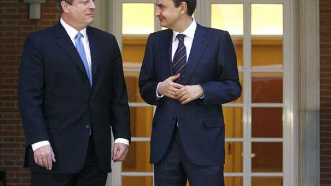 Rodríguez Zapatero (dcha), y el ex vicepresidente de Estados Unidos Al Gore. (Emilio Naranjo / Efe)